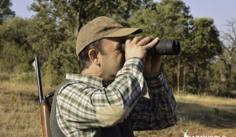 Un cazador prueba los prismáticos digitales Binox HD en modo diurno / J. C. Calvo