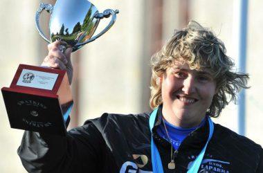 Beatriz Laparra con el primer premio del Campeonato Europeo de Recorridos de Caza.