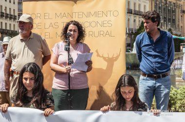 Beatriz Alcoya leyendo el manifiesto en la concentración de cazadores de la Puerta del Sol / Daniel Puerta Serrano