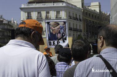 Los cazadores homenajean a Mel Capitán en la Puerta del Sol de Madrid.