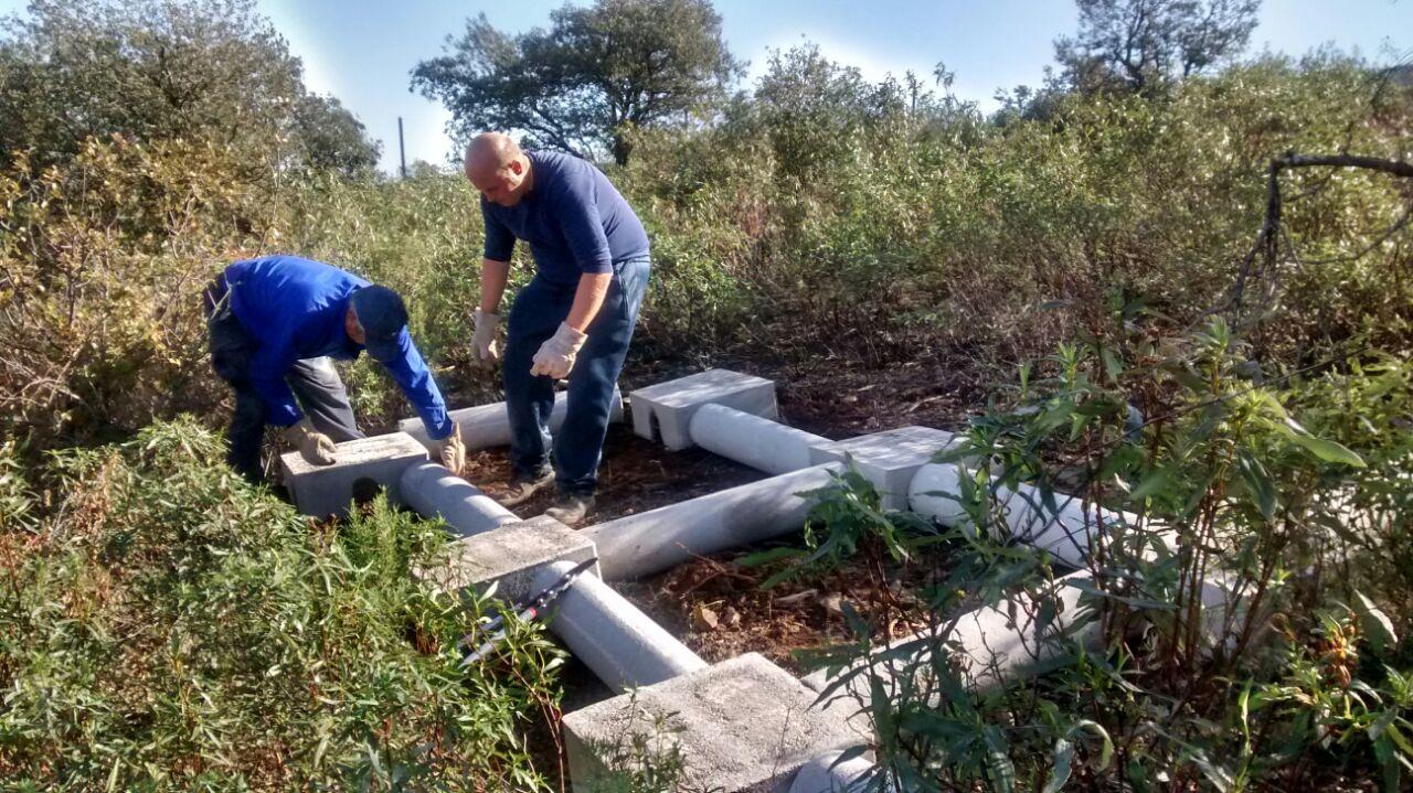 Instalando un vivar para conejos de seis parideras durante el proyecto SOS Conejo