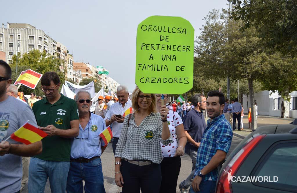 """Una mujer manifestándose hoy en Córdoba y mostrando """"Orgullosa de pertenecer a una familia de cazadores"""""""