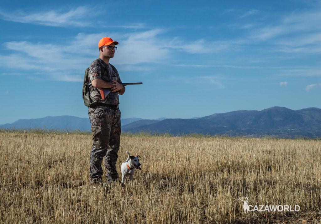 Un cazador y su perro durante una jornada de caza con prendas Decathlon / DPS