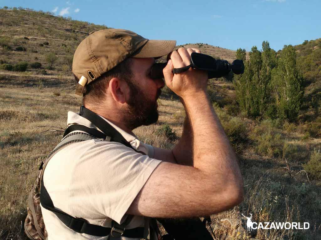Un cazador observa su coto con el visor térmico Pulsar Helion XQ38F