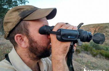 Un cazador mira a través del visor térmico Pulsar Helion XQ38F