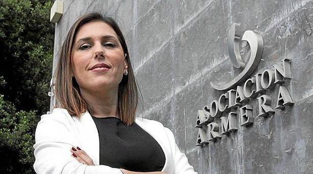 Marta Gómez, la gerente de la Asociación Armera posando en la sede de la entidad.