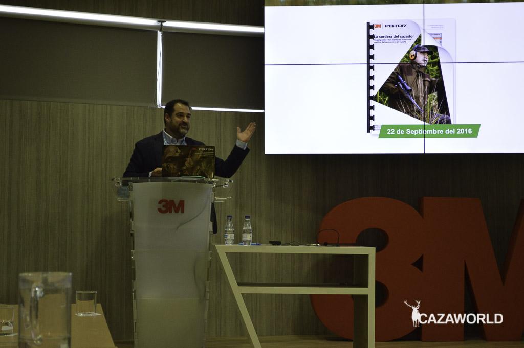 Manuel Campos presentando La Sordera del Cazador 2.0 tras empezar por el estudio del año pasado / J.C.Calvo