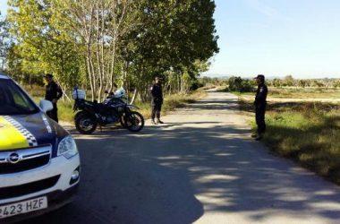 Una patrulla con varios agentes de policía, en un camino de Paterna. / Las Provincias