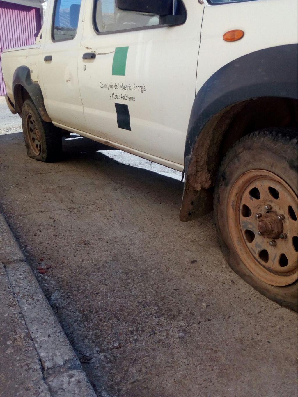 55a209abb4a Pinchan las ruedas de un coche de Medio Ambiente en Extremadura y Fedexcaza  reclama respeto para estos trabajadores