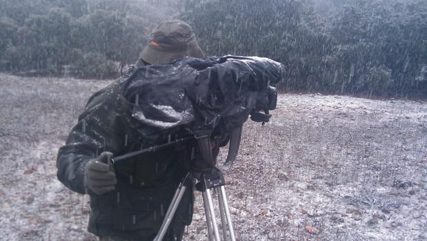 Un cámara de la productora del programa «Lances» opera en plena nevada en una montería / ABC