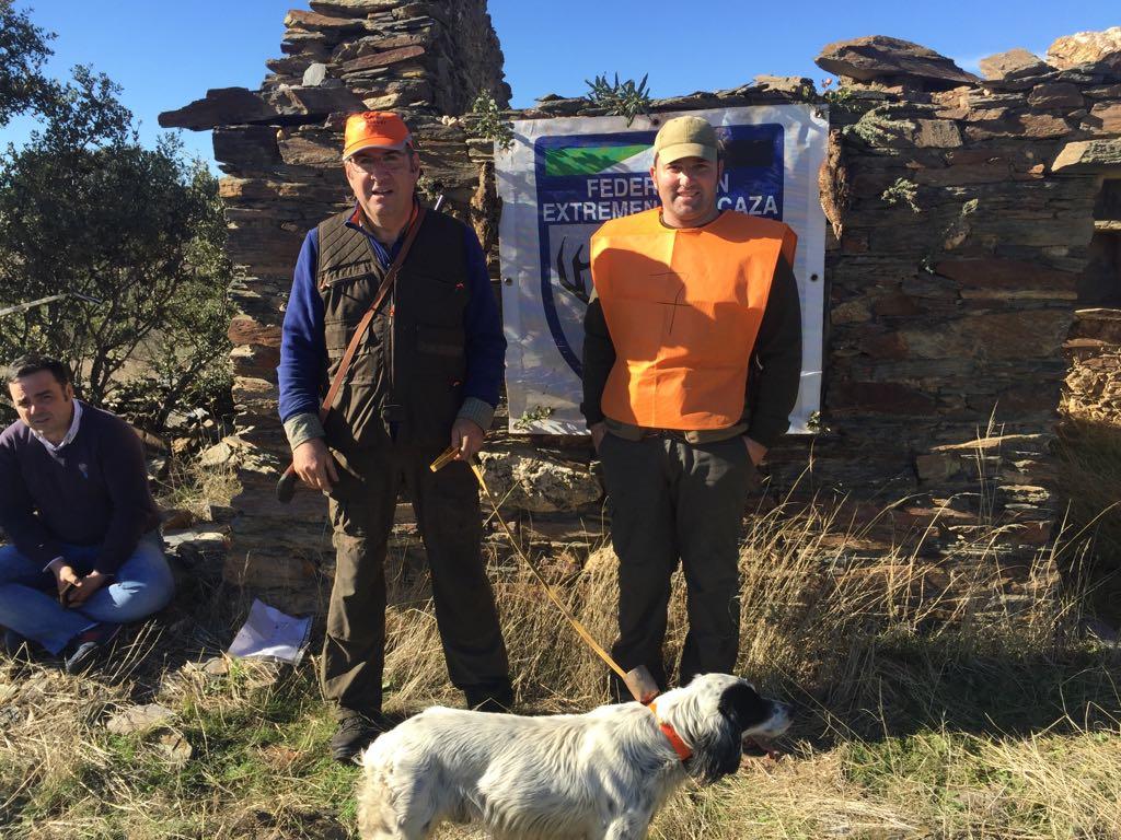 Aniceto Jiménez, campeón de becadas de Extremadura, con su perro de caza en el campeonato.