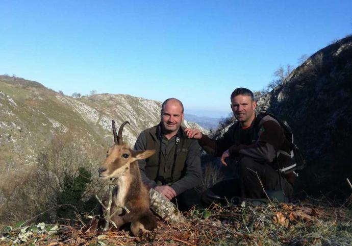 El cazador y el guarda posan con el primer rebeco abatido en Nava.