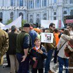 Un joven sostiene su arma de juguete y una pancarta en defensa de la caza. #sialacaza