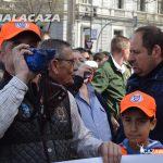 Un rehalero toca la caracola junto a su hijo en la concentración de Madrid del 15A. #sialacaza