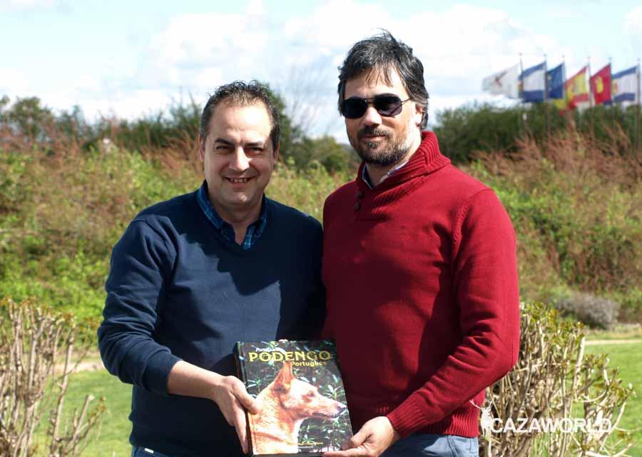 Fernando García, a la izquierda, y Nuno Ferro posando con el libro.