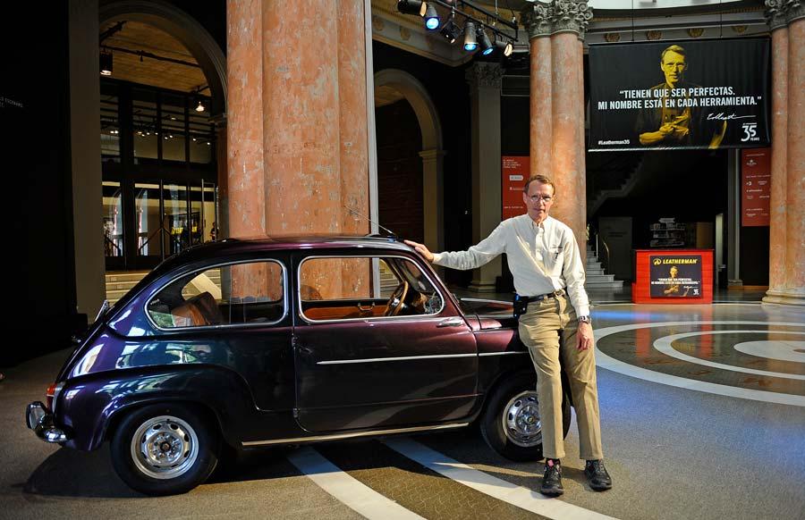 Tim Leatherman posa con su Fiat 500 en el evento por su 35 aniversario.