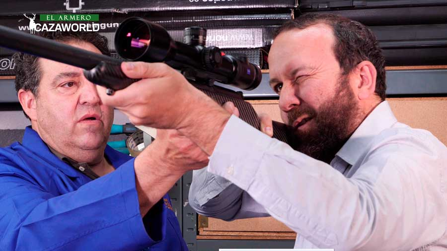 Cazador y armero durante el montaje y ajuste de un visor Zeiss V8 2.8-20x56 en un Christensen Extreme R93 en calibre .270 WSM,