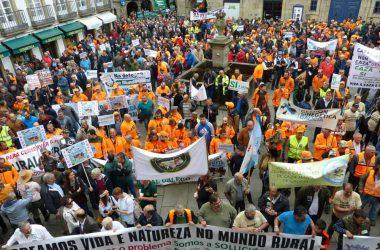 Manifestantes que salieron a la calle para defender el 3 de junio de 2018 en Santiago de Compostela el mundo rural. En la foto, cazadores, pescadores, agricultores y ganaderos.