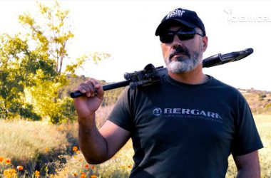 Rafa Carrillo sujetando su rifle Bergara B14 HMR.