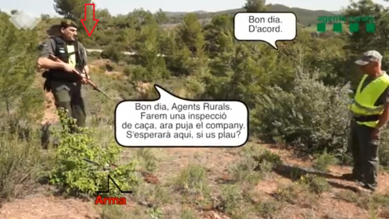 Agente rural armado ante un cazador.