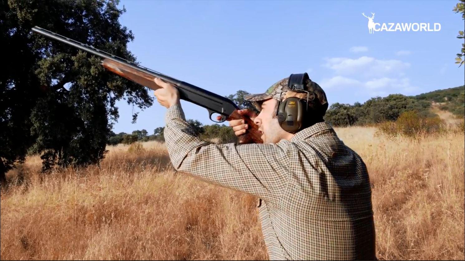 Antonio Adán realizando un disparo con una semiautomática Sauer SL5 sobre una paloma torcaz.