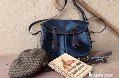 El libro de Manuel Pedrosa sobre el podenco, junto a un morral y una gorra