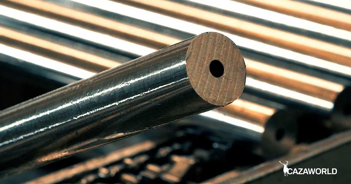 Proceso de fabricación de los cañones de los rifles Bergara. El tubo de acero ya ha sido taladrado.