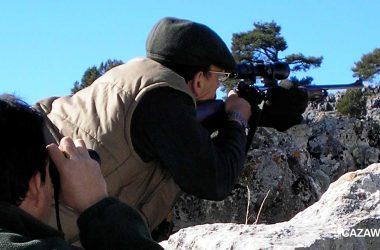 Un cazador dispara con su rifle y visor de caza