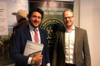 Ángel López Maraver, candidato de Vox a las elecciones europeas y David Scallan secretario general de la FACE durante la reunión mantenida.