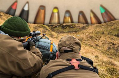 Diferentes puntas de balas de caza y dos cazadores.