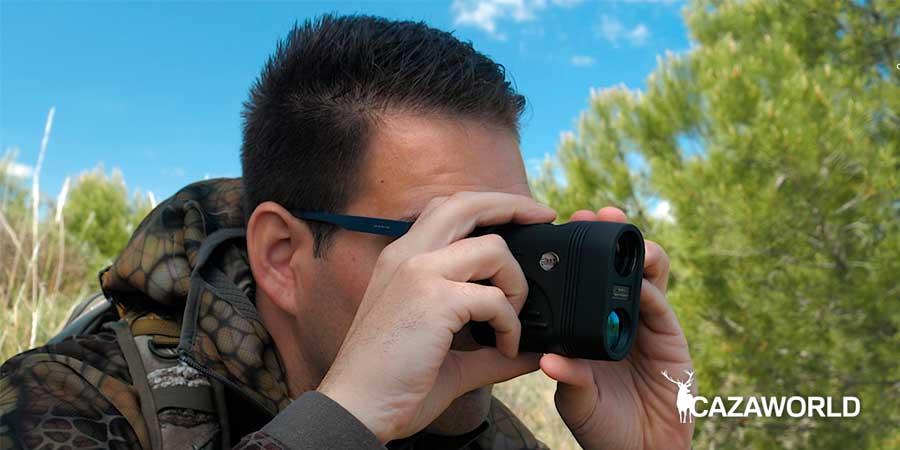 Un cazador midiendo la distancia con un telémetro láser Bat Vision T800 / DPS