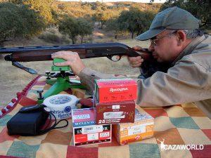 Cazador haciendo pruebas de plomeo con una escopeta y distintos cartuchos
