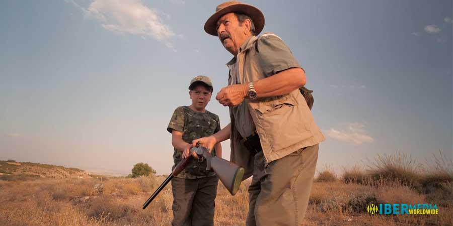 Imagen de José Vacas y su nieto Bruno cazando en el descaste de conejos.