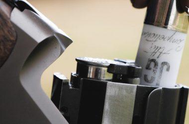 Introduciendo el cartucho J&G Alta Competición en la recámara de la escopeta.