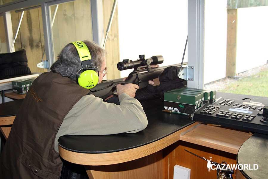 Probando un rifle y visor en galería de tiro