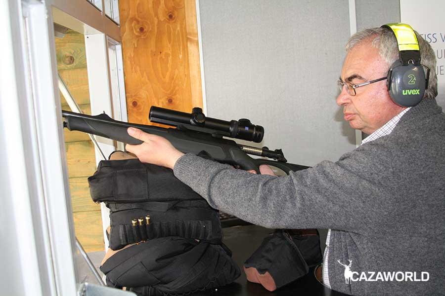 Probando rifle con visor Zeiss en galería de tiro