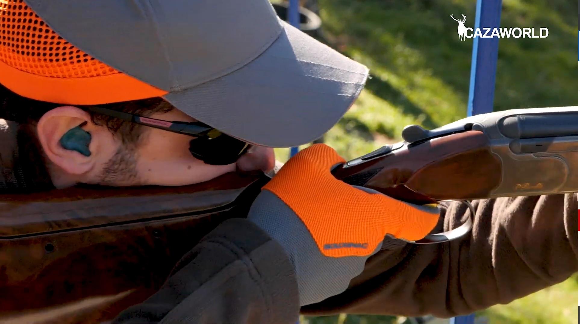 Tirador apuntando para disparar en Compak Sporting.