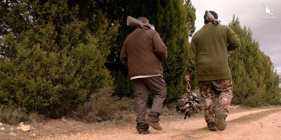Dos cazadores con una buena percha de zorzales