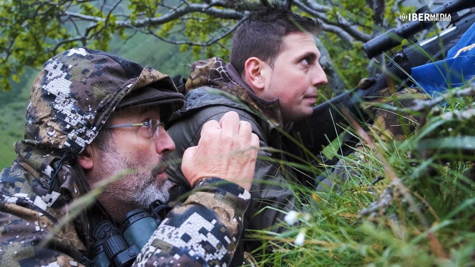 Michel Coya aconseja a Carlos Aparicio para ejecutar el lance con éxito al rebeco cantábrico que finalmente consiguió cobrar el cazador.