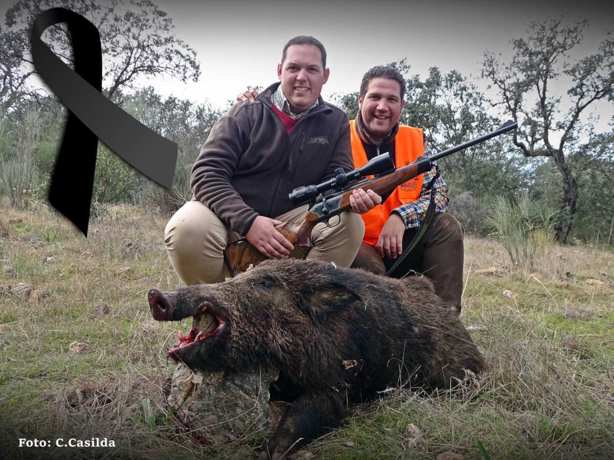 Miguel García posa, junto a su amigo Carlos Casilda, con el jabalí cobrado en la jornada de caza.