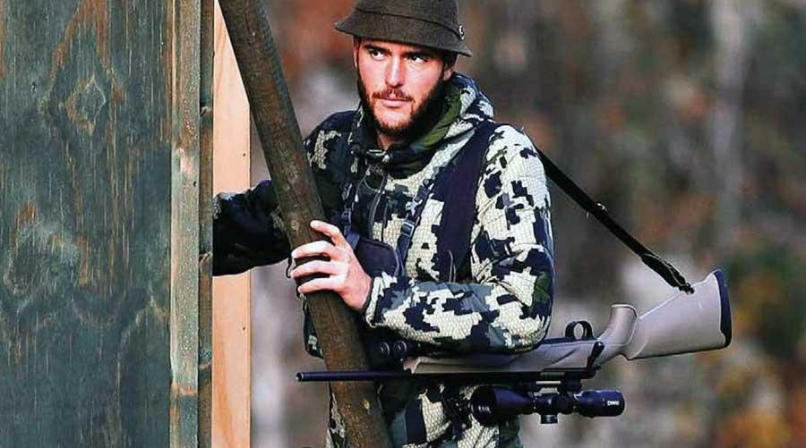 Cazador con un rifle Franchi
