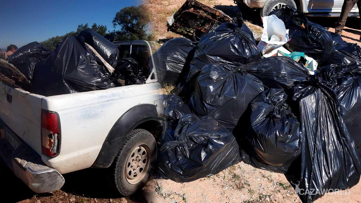 Recogida de basuras en la Sociedad de Cazadores de Villanueva de Algaidas
