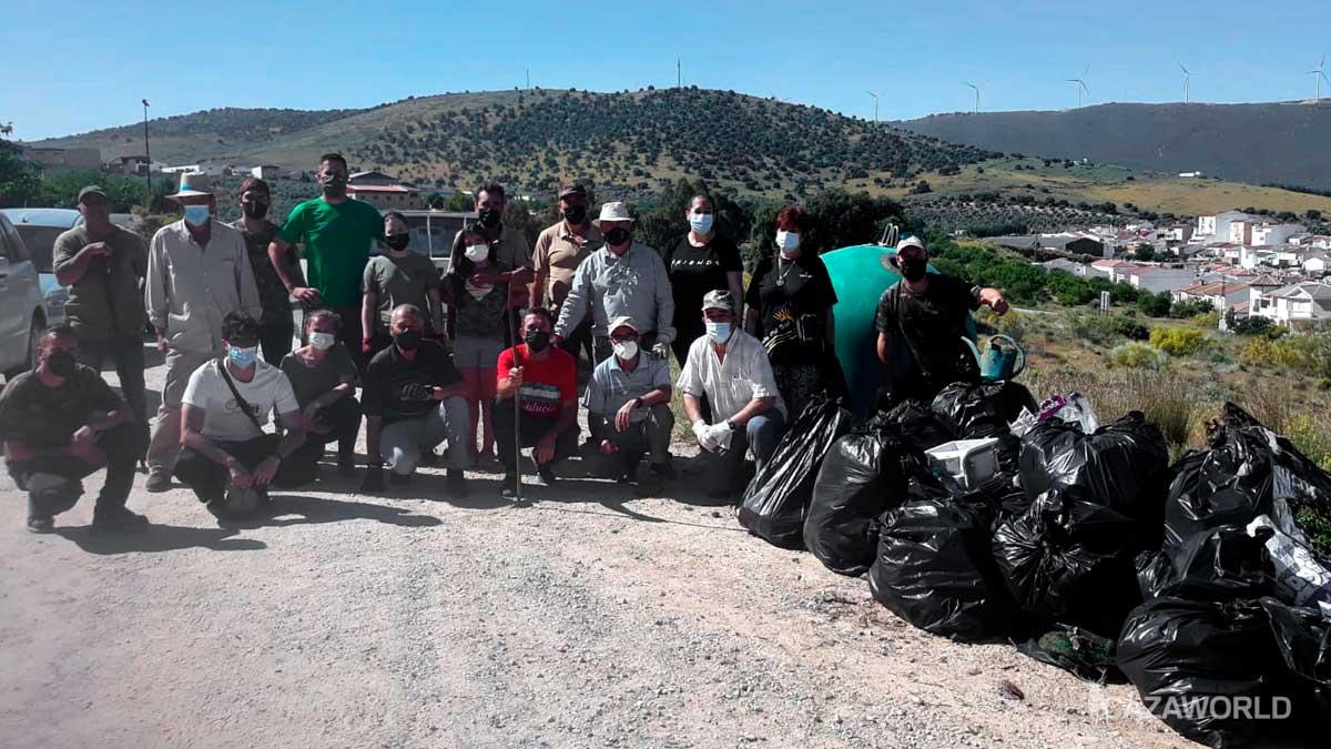 Socios de la Sociedad de cazadores de Villanueva de Algaidas tras recoger basura