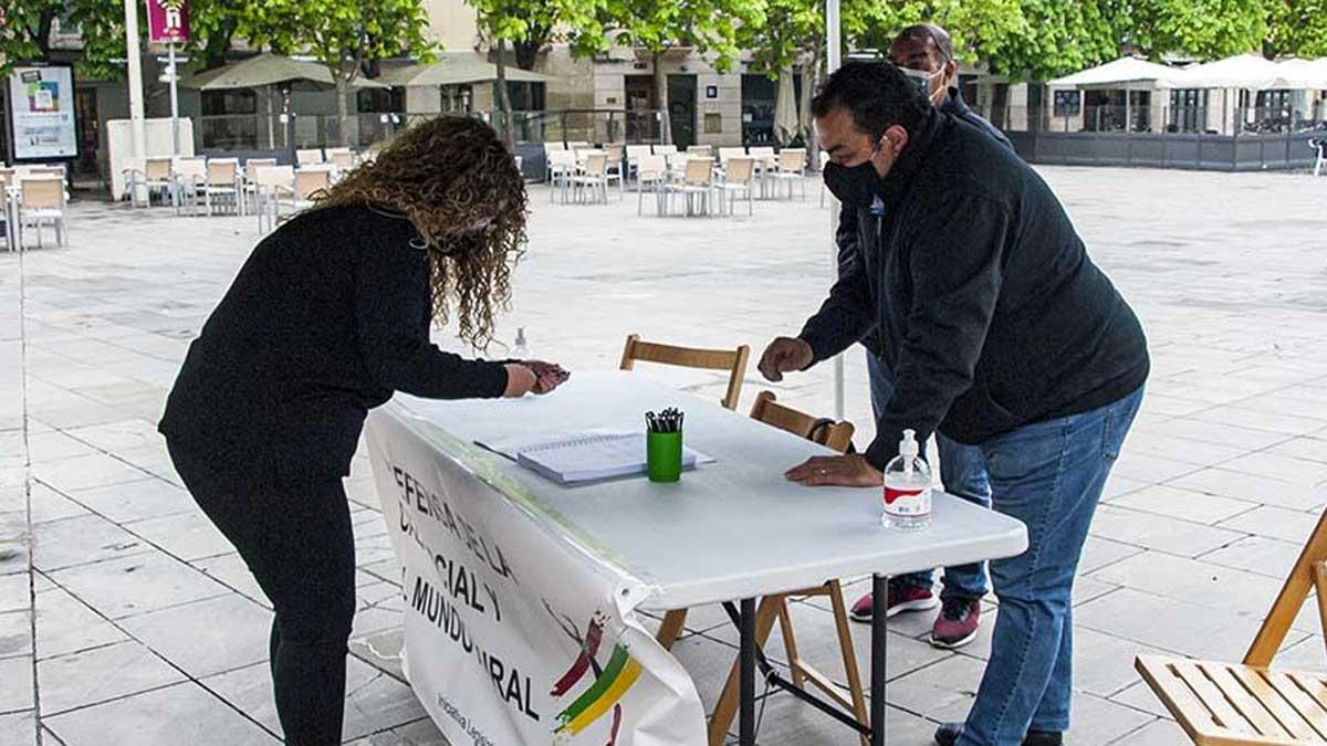 Recogida de firmas para la ILP en Logroño, La Rioja.